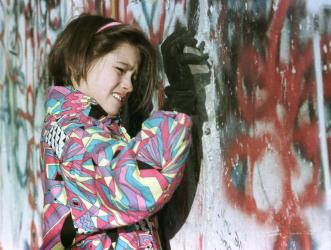 berlin-wall-girl-scratching-it-down